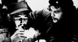 الزعيم الكوبي فيدل كاسترو مع إرنستو تشيه جيفارا في صورة تجمعهما خلال الستينيات من القرن الماضي