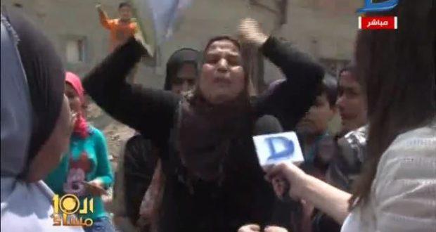 مشهد مؤلم سيدة تستمر فى اللطم وتوجه كلمات قوية للحكومة حتى يغمي عليها