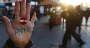 """امرأة تركية ترفع كفها وقد كتبت عليه كلمة """"لا"""" للتعديلات الدستورية"""